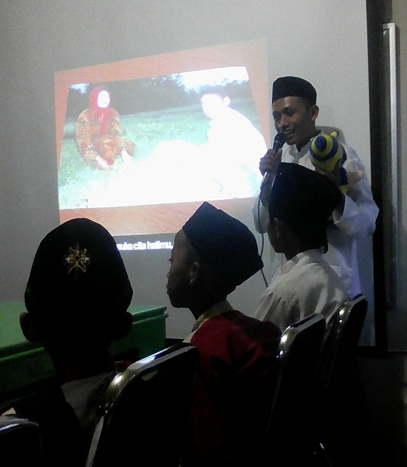 Aktifitas berbicara di depan audiens anak-anak.