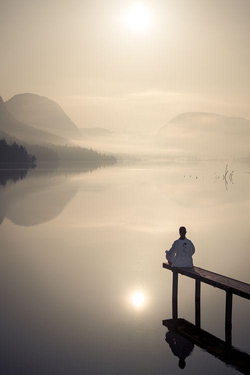 Gambar Manusia Meditasi Yoga di Tepi Danau pada sore hari.