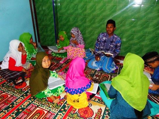 Kegiatan Belajar Santri TPQ Al-Mujahiddin Guwo Jombang menggunakan Buku At-Tartil