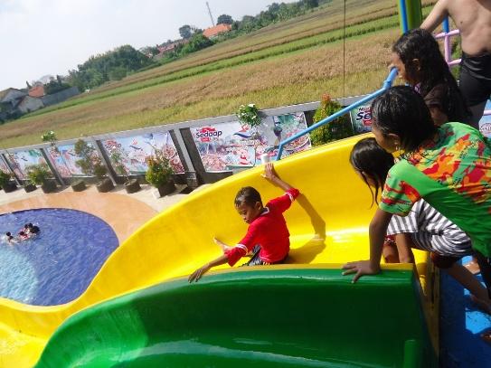 Liburan seru main prosotan di tempat wisata air Kolam Renang Aquatics STKIP PGRI Jombang