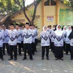 Khidmat Upacara Bendera Guru Memakai Seragam PGRI dan Korpri di Kecamatan Mojowarno Kabupaten Jombang
