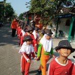 Olahraga Jalan Sehat Siswa Baru dalam kegiatan Pengenalan Lingkungan Sekolah dan MOS di SDN Latsari