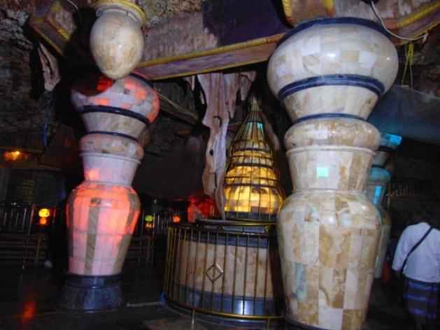 Suasana ruangan bawah tanah tempat wisata religi yang unik di Masjid Perut Bumi Kota Tuban Jawa Timur