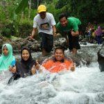 Liburan menyenangkan dan outbound kerjasama tim di tempat wisata alam Bukit Embag di Wonosalam Jombang
