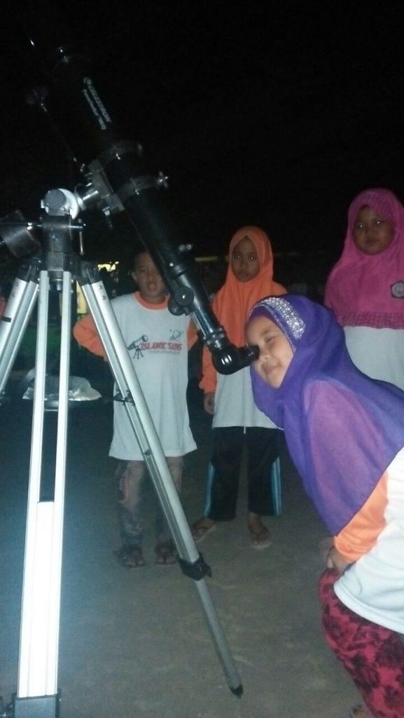 Kegiatan meneropong bintang di acara pesantren Ramadhan Kreatif