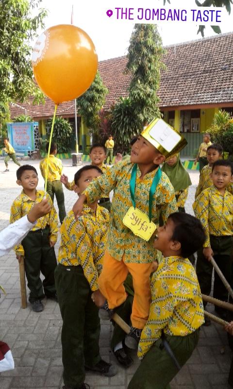 Permainan kerjasama anak-anak di sekolah dasar.