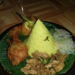 Kuliner khas Jawa nasi kuning dan ayam bumbu Bali
