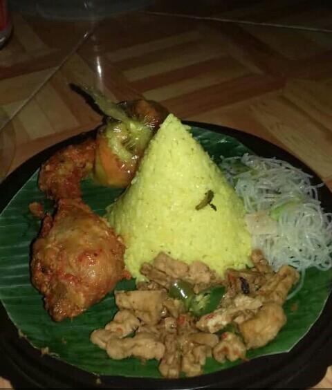 Nasi kuning sering dijadikan sebagai menu utama dalam upacara adat Suku Jawa