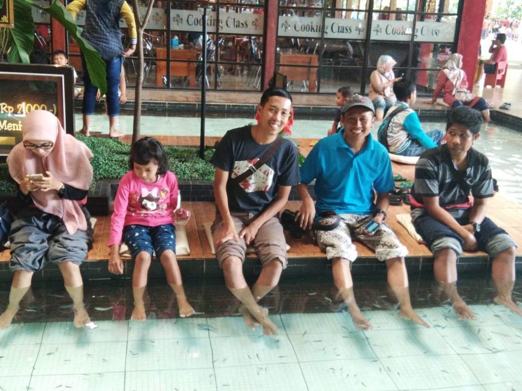 Liburan Terapi Ikan dan Dayung Perahu di Kampung Coklat Kademangan Blitar
