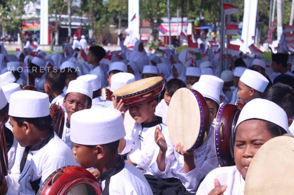 Pemukul Alat Musik Banjari di Gebyar Sholawat Murid SD