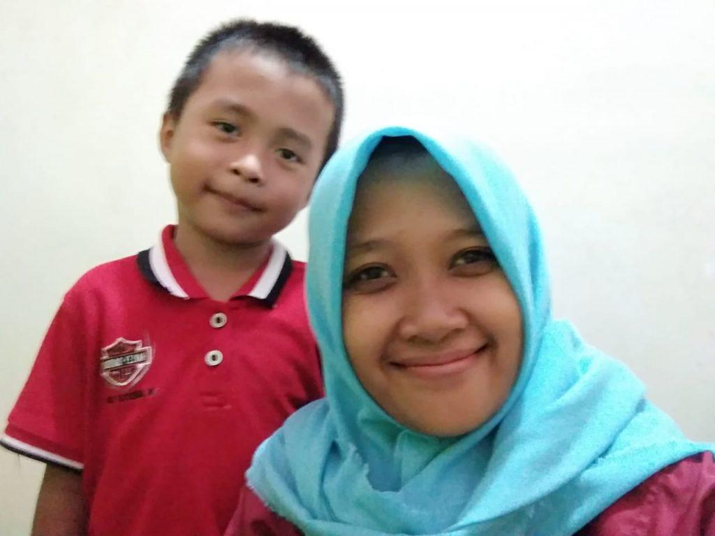 Riza Triani bersama salah satu anak berkebutuhan khusus