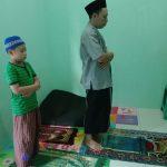 Ayah menjadi imam sholat untuk anak lelakinya
