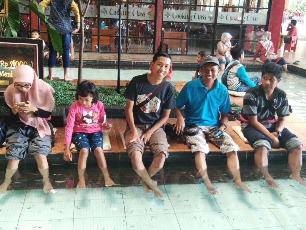 Liburan Terapi Ikan Dan Dayung Perahu Di Wisata Kampung